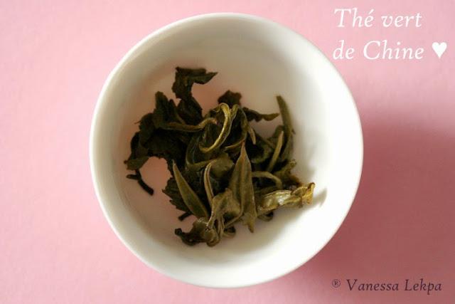 cérémonie du thé et dégustation de thé vert oolong photographie jeunes pousse thé vert gaiwan mini théière en verre et porcelaine vanessa lekpa blog spécialisé dans le thé