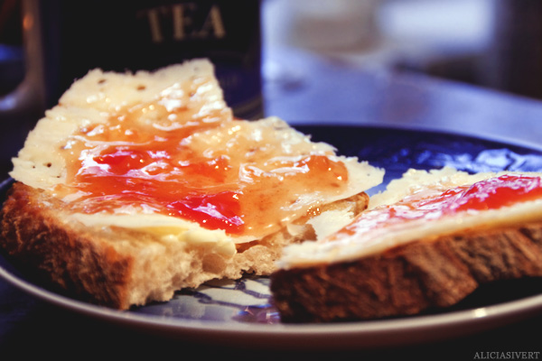 aliciasivert, alicia sivertsson, innesnöad, vinter, smörgås, macka, ost, tomatmarmelad