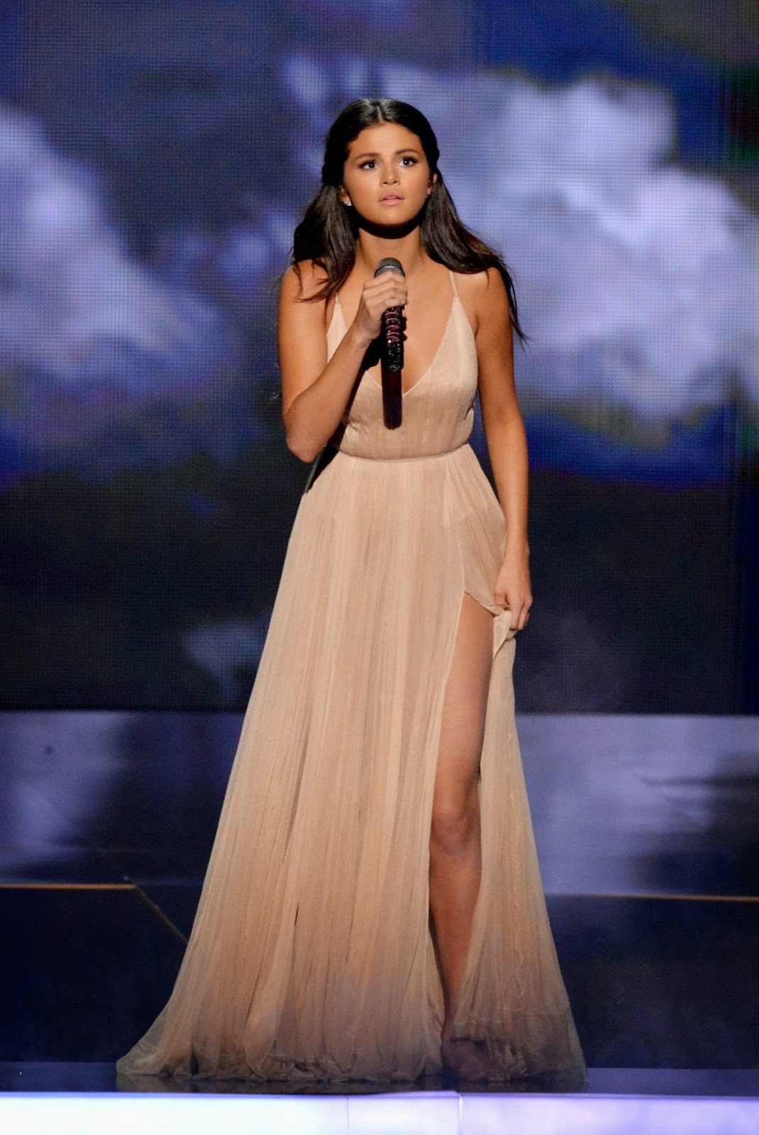 Selena Gomez looks beautiful in a delicate Giorgio Armani gown for her 2014 American Music Awards performance