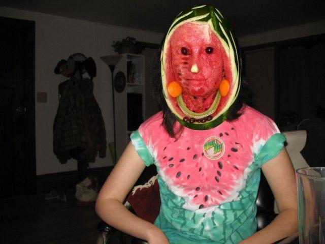 Mulher com cabeça de melancia