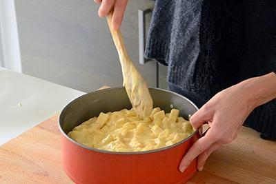 Torta di mele: versare il composto in una teglia apribile ben imburrata