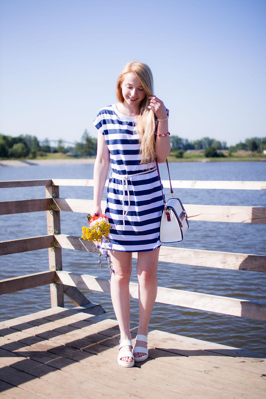 blog modowy opoczno zalew, styl marynarski, sukienka w paski biało niebieskie, granatowe, blond włosy, torebka czerwona, białe sandałki no makeup, bez makijażu, okulary lustrzane pomarańczowe