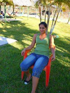 Una bella jovencita nicaraguense sentada disfrutando del paisaje
