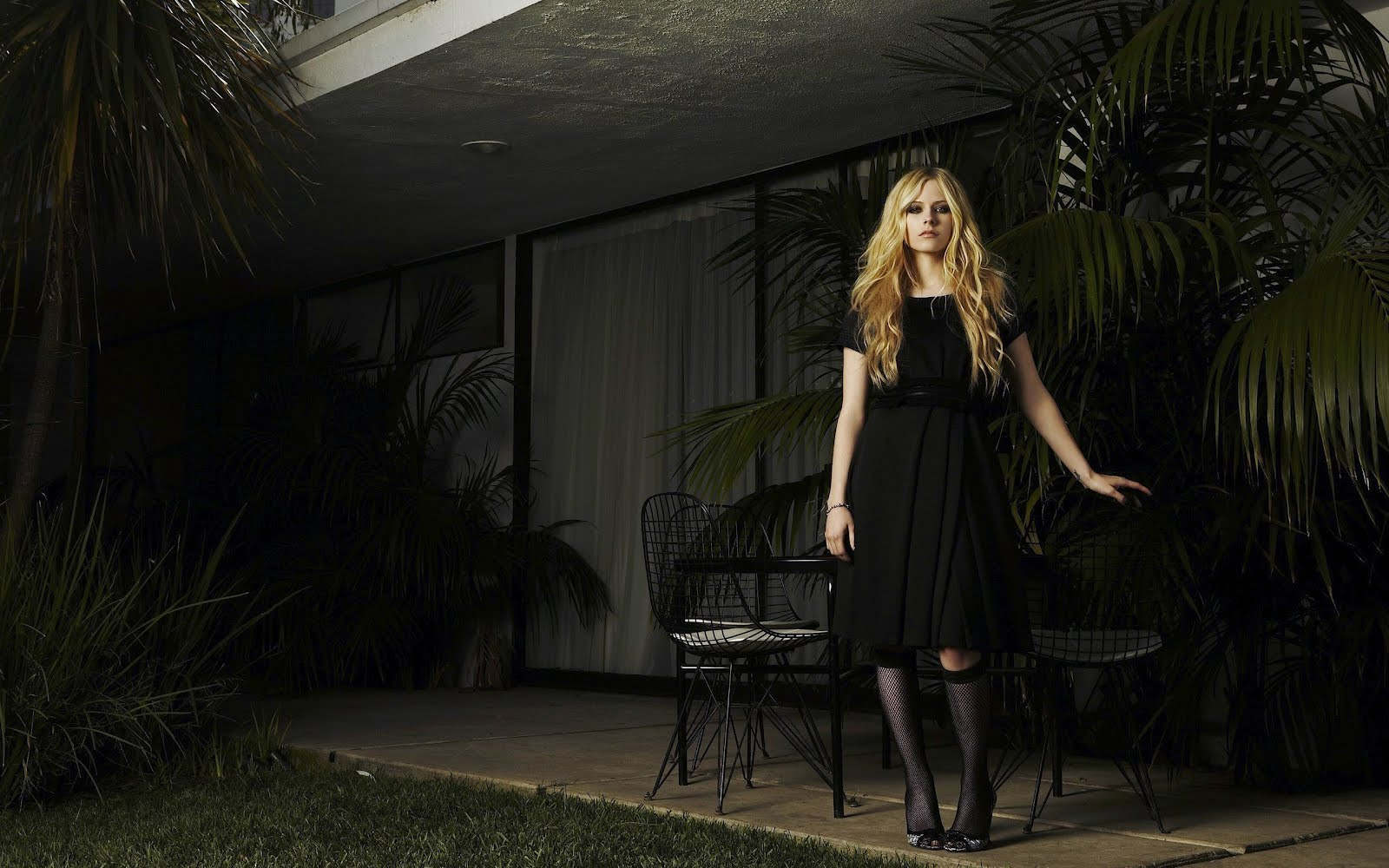 http://4.bp.blogspot.com/-yMmUuTELArs/UFG_ELoULUI/AAAAAAAABc0/Ni9Vyew5Fi4/s1600/Women-Avril-Lavigne-Trees-Socks-Celebrity-High-Heels-Chairs-Fishnet-Lingerie-2560x1600px-Hd-Wallpaper-708214.jpg