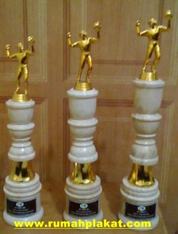 Cara Bikin Piala Marmer, Contoh Trophy Onix Tulungagung, Tempat Pembuatan Souvenir Piala Onyx, 0856.4578.4363, www.rumahplakat.com