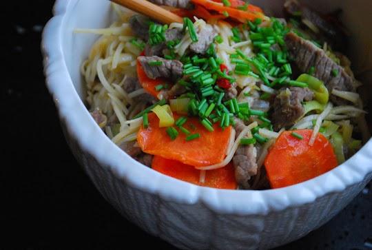 Chiński makaron Chow Mein z wołowiną i warzywami