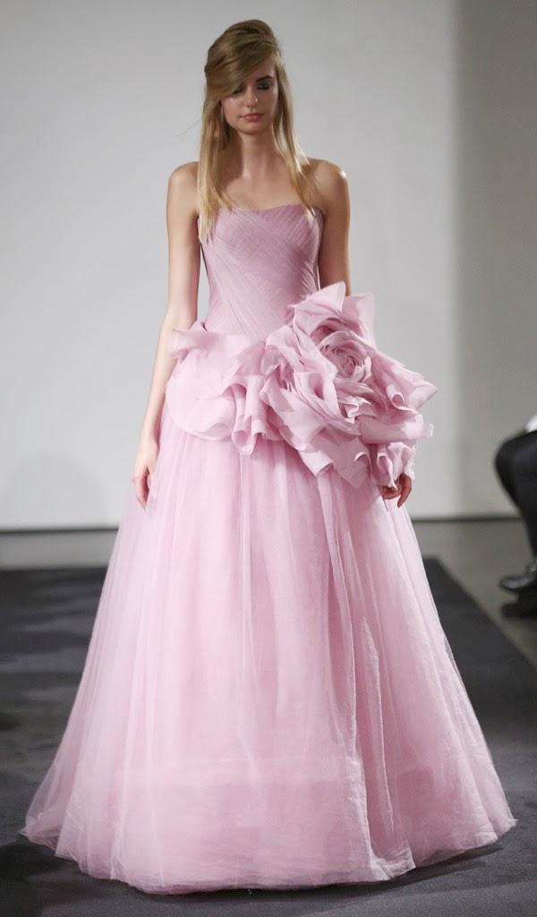 Vestido de palabra de honor en rosa palo con corpiño fruncido y falda de tul de Vera Wang