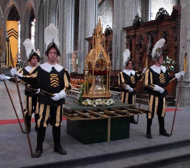 Relicário da cabeça de Santa Waldetrudis custodiada pelo companhia de alabardeiros de Mons