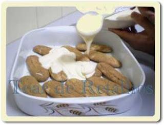 Intercalar bolachas umedecidas com café e conhaque e o creme, formando uma espécie de pavê