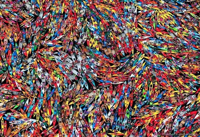 На озере Форт в горах Адирондак сплоченная группа из 1902 каноэ и байдарок пытается побить мировой рекорд, соорудив «самый большой плот». Правила гласят, что участники должны держаться только за руки, чтобы объединить лодки в одну гигантскую конструкцию. А ей, в свою очередь, нужно свободно проплыть по воде как минимум 30 секунд. © Нэнси Баттаглиа