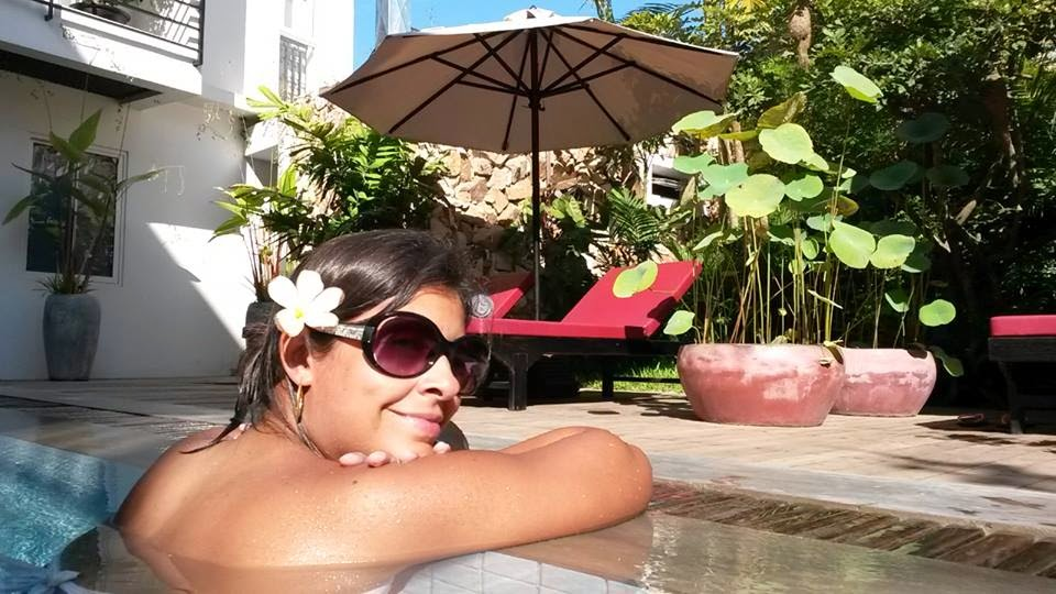Iza na piscina do Hollywood Angkor Boutique Hotel