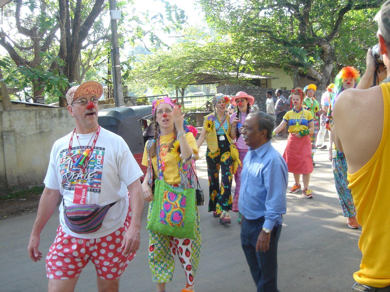 http://4.bp.blogspot.com/-yPQjwP27-G4/TseJh16zbaI/AAAAAAABB7c/uaYXRkmlmOw/s1600/Patch_Adams_in_Sri_Lanka.jpg