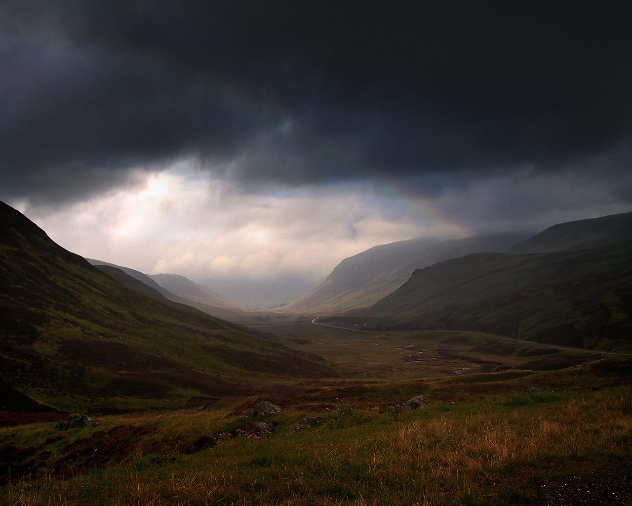 Nubes negras en el paisaje