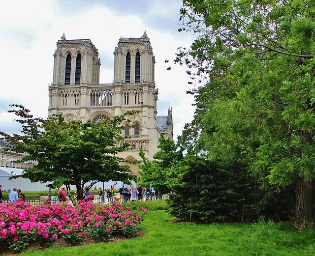 Catedral de Notre Dame y jardines en julio