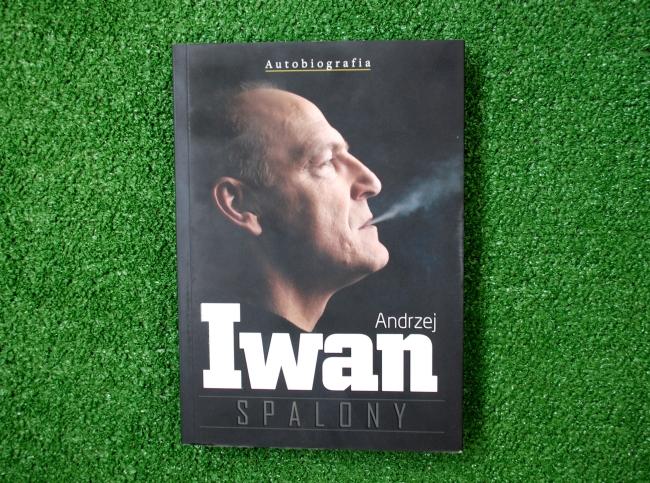 """Okładka książki """"Spalony"""" Andrzeja Iwana - fot. Tomasz Janus / sportnaukowo.pl"""