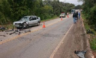 O outro acidente aconteceu na MGC-383, em Congonhas, na manhã de sábado (27). Na altura do km 06, um veículo VW/Gol, cor prata, e a motocicleta Yamaha R1, cor preta, colidiram de frente. O motorista do Gol de 41 anos relatou que seguia pela via, e deparou com o moto que seguia no sentido contrário, totalmente descontrolado e na contramão de direção, atingindo seu veículo de frente. O condutor da moto de 42 anos morreu no local.
