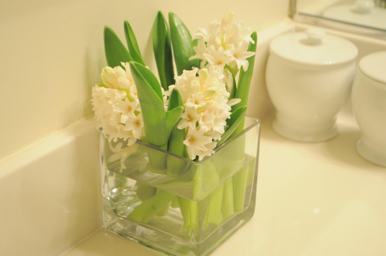 Bathroom flower decor - Fresh Flowers In The Bathroom