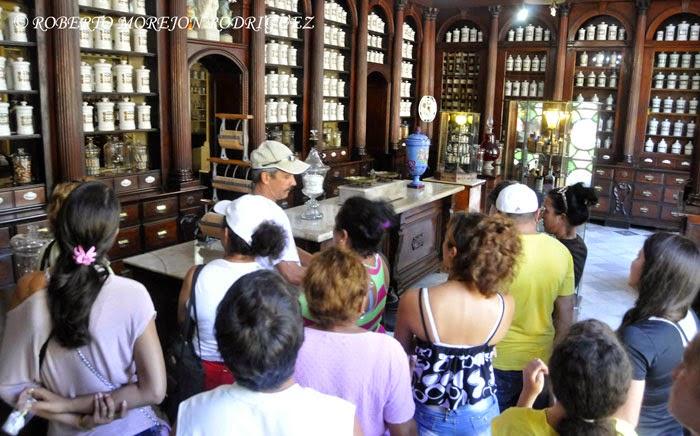 Visitantes en el Museo Farmacéutico Ernesto Triolet, en la ciudad de Matanza.