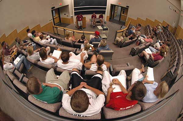 Mahasiswa Sedang Mengikuti Kuliah Kajian Kiamat