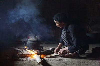 bếp lửa  của 1 anh dân tộc Dao đỏ ở Hà Giang chụp bằng 5D3