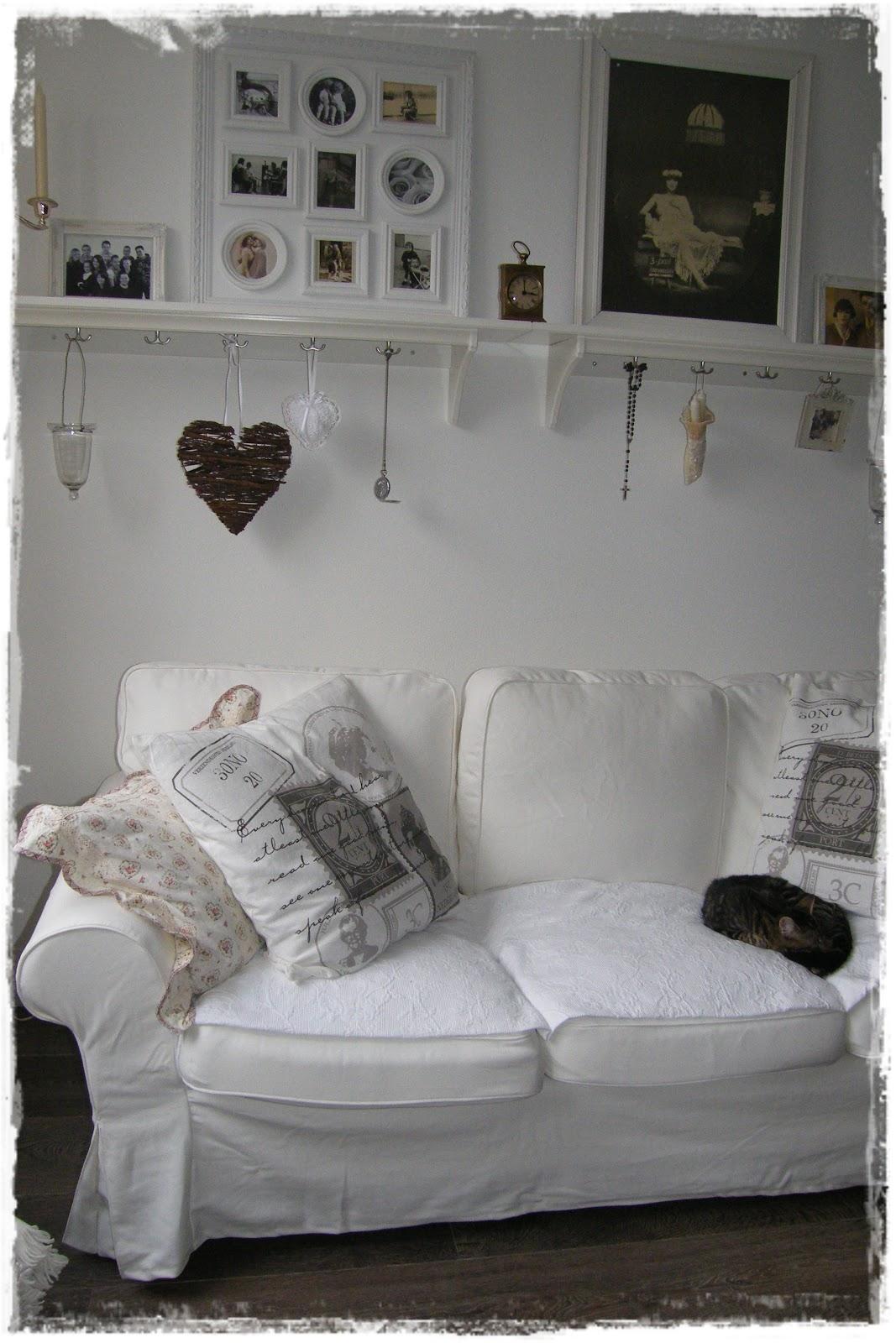 Woonkamer witte vloer: witte woonkamer met rond vloerkleed ...