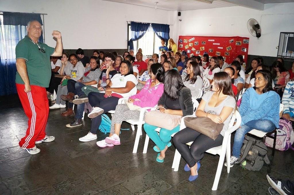 Com muito bom humor, o professor Fernando Otávio apresenta sua palestra para agentes de creche, professores e normalistas