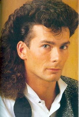 En términos de moda, la década de 1980 le dio total prioridad a la juventud y a la individualidad. Yo en particular usé el pelo largo y parejo (semi,lacio)