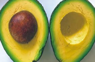 Abacate usado para hidratar cabelos cacheados - Blog Manual dos Cachos