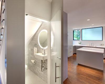 Cuarto de baño pequeño en escalera