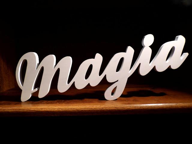 """napis-drewno-biały-""""magia"""".jpg"""