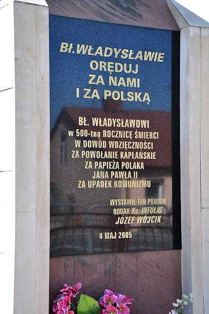 Gielniów, granitowa tablica na pomniku bł. Ładysława. Fot. KW.