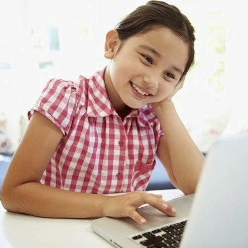 menina asiática, notebook, computador, PC, lar brasileiro, eletrodoméstico