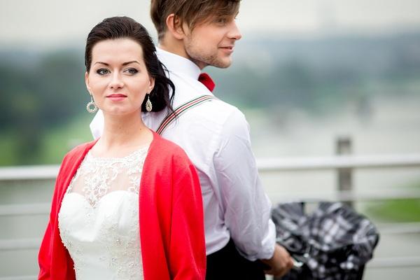 Czerwone okrycie ślubne