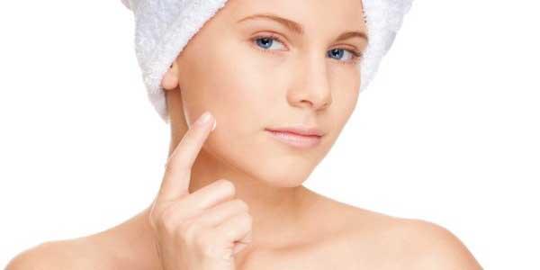 Mujer aplicandose BB cream en el rostro