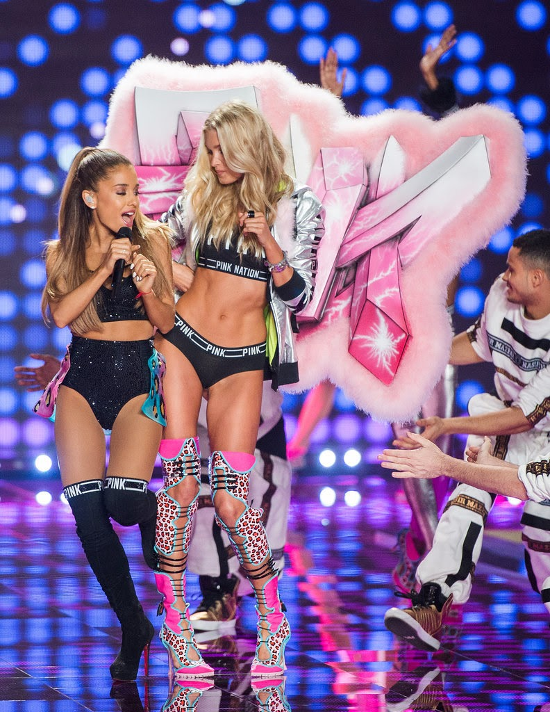 celeb diary the exact moment ariana grande got smacked by. Black Bedroom Furniture Sets. Home Design Ideas