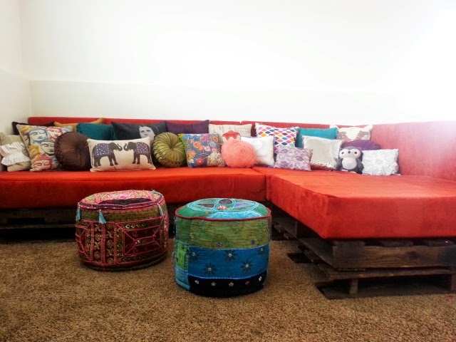 http://www.ajoyfulriot.com/2014/05/27/diy-shipping-pallet-couch/