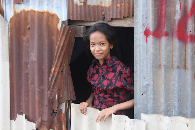 Une jeune fille du bidonville à sa ''fenêtre''
