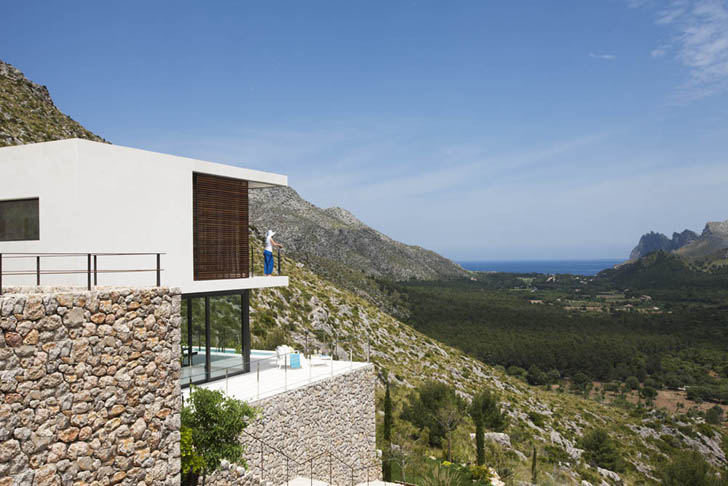 Casa 115 by Miquel Àngel Lacomba overlooking the valley