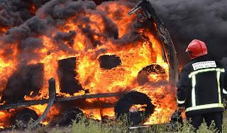 Un bombero trabajando en la extinción de un incendio