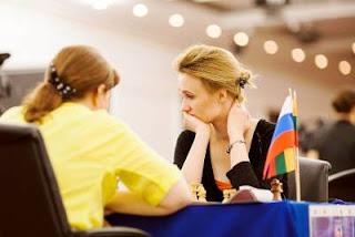 Echecs à Kazan: ronde 3, Viktorija Cmilyte (2508) 1-0 Alisa Galliamova (2484) - Photo © Fide