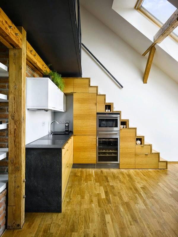 Cocinas peque as bajo la escalera colores en casa for Escaleras cocinas pequenas