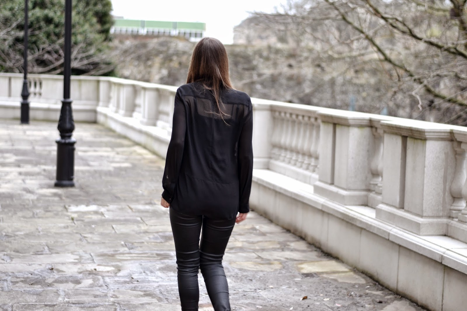 black_blouse_leather_trousers_rayban