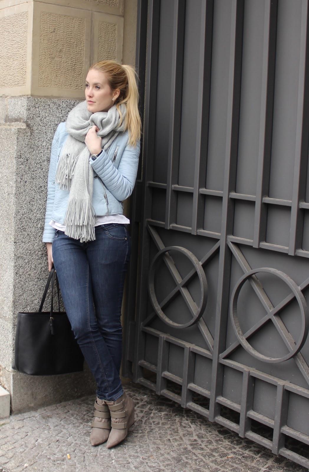 TheBlondeLion Outfit Babyblau Lederjacke Zara grau Schal XXL Sneaker Wedges