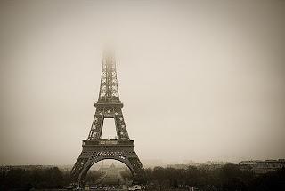 Torre eiffel en la niebla