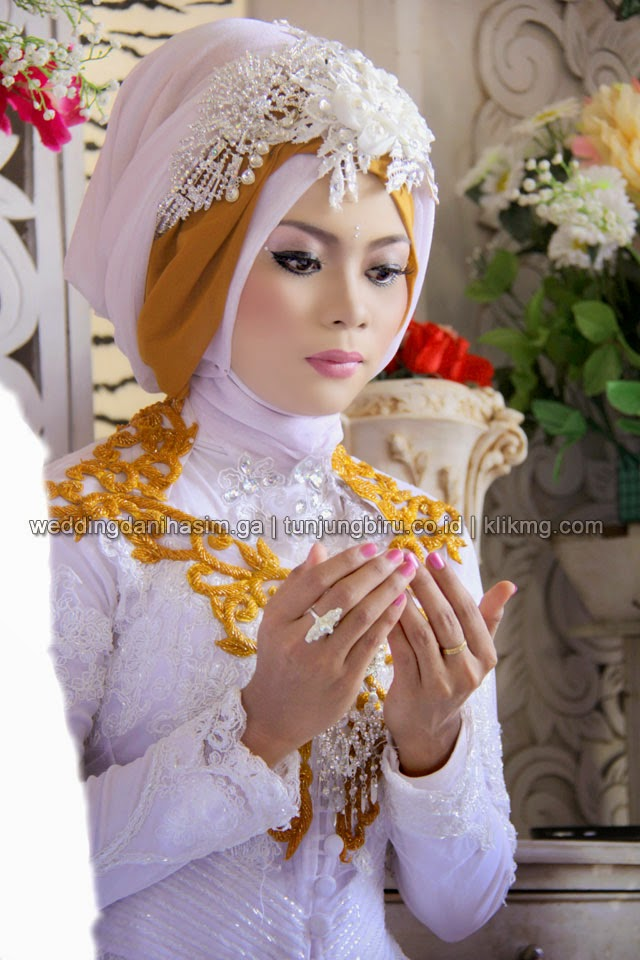 Hijab Modern & Modern Dekorasi pada Pernikahan DANI & HASIM [ weddingdanihasim.ga ] Tata Rias & Busana : TUNJUNGBIRU.CO.ID Rias Pengantin Purwokerto   Foto : KLIKMG.COM [FG2]