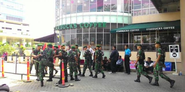 Gedung Tebet Green, Jalan MT Haryono, Jakarta Selatan, disegel, Kamis (23/7/2015). Sebanyak 500 personel tentara berjaga.