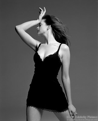 Anne Hathaway photoshoot for Vanity Fair magazine - black and white - pic 6