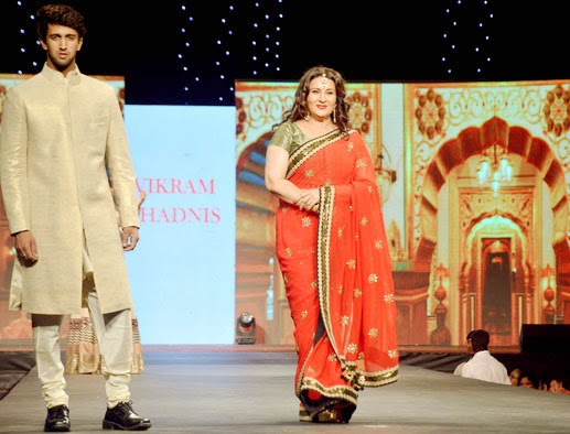 Pictures of Formaer Actress Poonam Dhillon falls while ramp walk