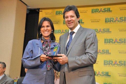 Professora Cristina Freire de Cristalina recebe prêmio no MEC