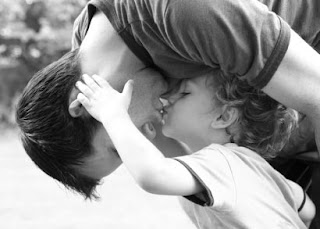 beso de papa e hijo